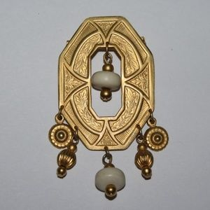 Beautiful vintage gold tone brooch